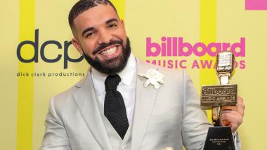 Ο Drake νοίκιασε γήπεδο 70.000 θέσεων για να γιορτάσει το βραβείο του