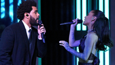 The Weeknd και Ariana Grande τραγούδησαν ζωντανά το remix του «Save Your Tears»