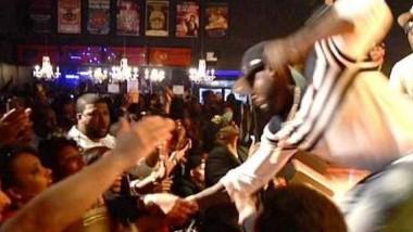 Ο 50 Cent γρονθοκόπησε θαυμάστρια πάνω στη σκηνή επειδή τον άρπαξε από το χέρι