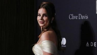 Lana Del Rey: «Είναι αξιολύπητο να λένε ότι πηγαίνω τις γυναίκες εκατοντάδες χρόνια πίσω»